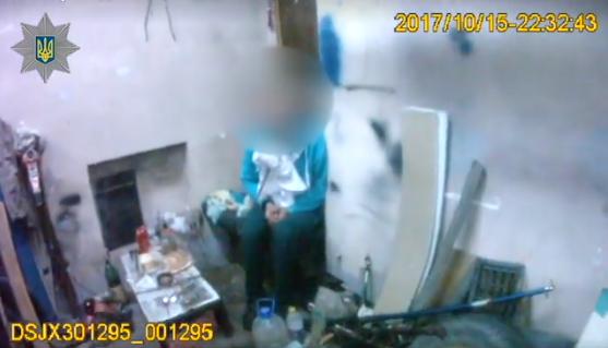 Поліція вОдесі звільнила викраденого чоловіка, прикутого ланцюгом зашию достіни